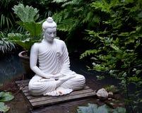 Het standbeeld van Boedha in vijver stock fotografie