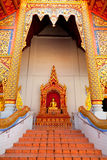 Het standbeeld van Boedha in Wat Chedi Luang, Chiang Mai Royalty-vrije Stock Foto's
