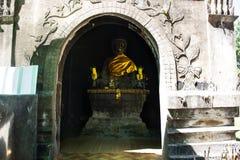 Het standbeeld van Boedha in Wat Phra That Kong Khao Noi in Yasothon, Thaila royalty-vrije stock foto