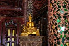 Het standbeeld van Boedha in Wat Sri Rong Muang, Lampang, Thailand Stock Foto's