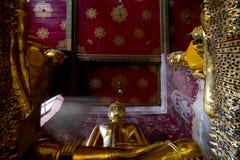 Het standbeeld van Boedha in Wat Suthat, oriëntatiepunt van Bangkok, Thailand Stock Foto's