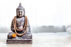 Het standbeeld van Boedha in witte ruimte Stock Foto's