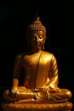 Het standbeeld van Boedha in zittingsgebaar Stock Fotografie