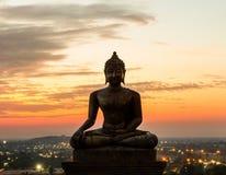 Het standbeeld van Boedha in zonsondergang Stock Afbeeldingen