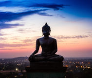 Het standbeeld van Boedha in zonsondergang bij Phrabuddhachay-Tempel Saraburi Royalty-vrije Stock Afbeeldingen
