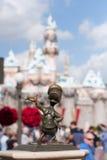 Het standbeeld van bronsdonald duck in Disneyland Stock Foto's
