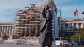 Het standbeeld van Chiricahuaapache bij het Capitool van de Staat van Oklahoma - zolang de wateren stromen