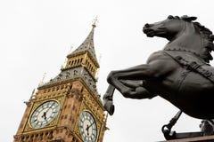 Het standbeeld van de Big Ben en van het paard. Londen Stock Fotografie