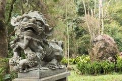 Het standbeeld van de bronsleeuw Stock Foto