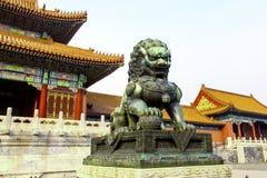 Het standbeeld van de bronsleeuw bij Paleis van Hemelse Zuiverheid Royalty-vrije Stock Foto