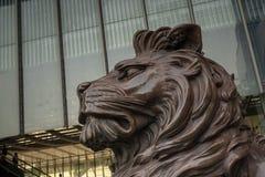 Het standbeeld van de bronsleeuw voor de HSBC-bouw stock foto's