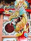 Het Standbeeld van de draak bij Chinese tempel Stock Afbeeldingen