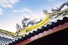 Het standbeeld van de draak op de tempeldak van China Stock Afbeelding