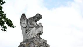 Het standbeeld van de engel in een begraafplaats stock video