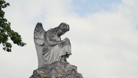 Het standbeeld van de engel in een begraafplaats stock videobeelden