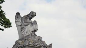 Het standbeeld van de engel in een begraafplaats stock footage