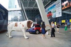 Het standbeeld van de hond was bij de automarkt stock afbeeldingen
