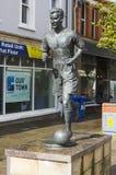 Het standbeeld van de internationale voetballer van Bertie Peacock en de manager van Noord-Ierland in de stad regelen in Colerain royalty-vrije stock foto