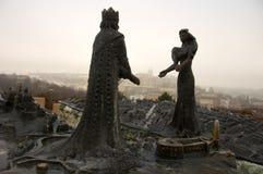 Het standbeeld van de koning en van de koningin over knop Royalty-vrije Stock Foto's