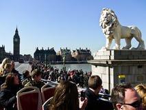 Het standbeeld van de leeuw met de Big Ben op de achtergrond Stock Afbeeldingen