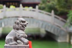 Het standbeeld van de leeuwsteen in een Chinese boeddhistische tempel Stock Afbeeldingen