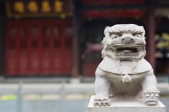Het standbeeld van de leeuwsteen in een Chinese boeddhistische tempel Royalty-vrije Stock Fotografie