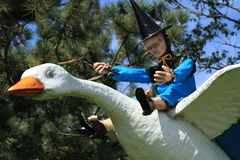 Het standbeeld van de moedergans in openlucht met bomen en blauwe hemelachtergrond Stock Foto's