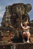 Het standbeeld van de olifant is verwend door meisje Royalty-vrije Stock Afbeeldingen