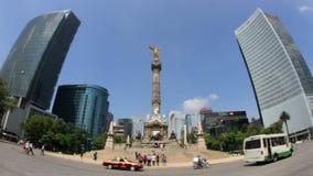 Het standbeeld van de onafhankelijkheidsengel (Mexico-City, VOLLEDIG schot-GEZOEM BINNEN) stock video