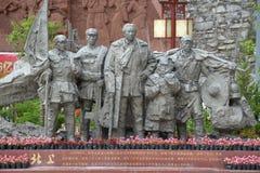 Het standbeeld van de steen van een monnik Mao zedong en lang maart van het rode leger, China stock afbeeldingen