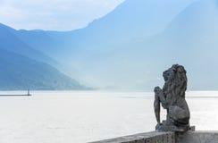 Het standbeeld van de steenleeuw in Perast, Baai van Kotor Stock Foto's