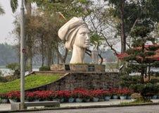 Het standbeeld van een Vietnamees die meisje, door Le Thanh Nhon wordt gebeeldhouwd, in Tint langs de Parfume-Rivier wordt gevest royalty-vrije stock fotografie