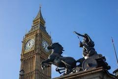 Het standbeeld van Elizabeth Tower en Boadica- Stock Afbeeldingen