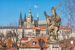 Het standbeeld van heilige Augustin, Charles Bridge en het kasteel van Praag Royalty-vrije Stock Foto
