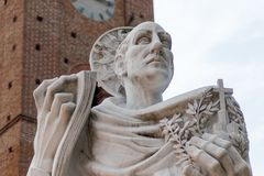 Het standbeeld van heilige Bernardo Tolomei in Romaanse Abbazia territoriale stock afbeelding