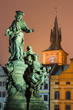 Het standbeeld van heilige Ivo en Smetana klok-toren, Praag. Stock Foto's