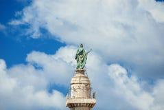 Het standbeeld van heilige Peter onder wolken in Rome Royalty-vrije Stock Afbeeldingen