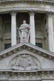 Het standbeeld van heilige Thomas en wapenschild, St Paul Cathedral, Londen, Engeland Stock Foto