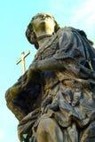 Het standbeeld van heiligen Barbara, Margaret en Elizabeth op Charles Bridge stock foto