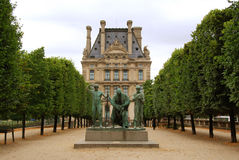 Het standbeeld van het brons in fromn van de het museumbouw van het Louvre Stock Fotografie