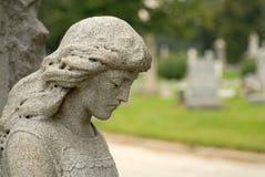Het standbeeld van het graniet van engelachtige vrouw bij een gravesite stock foto's