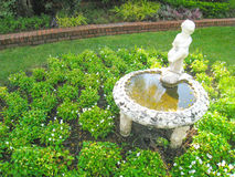 Het standbeeld van het jongenswater op de tuinachtergrond Royalty-vrije Stock Foto's