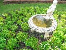 Het standbeeld van het jongenswater op de tuinachtergrond Royalty-vrije Stock Afbeelding