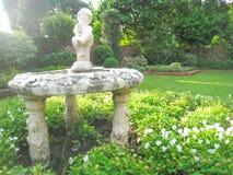 Het standbeeld van het jongenswater op de tuinachtergrond Stock Fotografie