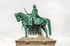 Het standbeeld van koningssaint stephen in Matthias Church Stock Foto