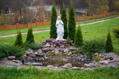 Het standbeeld van Maagdelijke Mary, goed-verzorgde vegetatie royalty-vrije stock fotografie