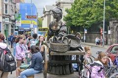 Het standbeeld van Molly Malone dichtbij de Universiteit van de Drievuldigheid Stock Foto's