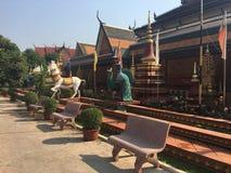 Het standbeeld van paard en de pauw bij de Wat Preah Prom Rath-tempel in Siem oogsten, Kambodja royalty-vrije stock foto's