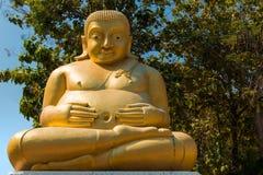Het standbeeld van Phramaha kaccayana Boedha met Thaise kerk Stock Foto's