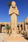 Het standbeeld van Ramses met zijn dochter verdienste-Amen Stock Afbeelding